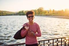 Portret van de jonge mens die buiten glimlachen stock afbeeldingen