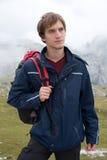 Portret van de jonge mens die in de bergen wandelen Stock Fotografie