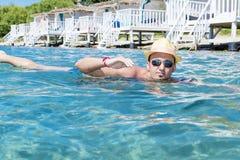 Portret van de jonge mens die in het overzees zwemmen Royalty-vrije Stock Foto's