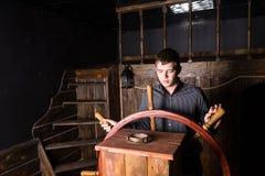 Portret van de Jonge Mens die Houten Schip navigeren royalty-vrije stock fotografie