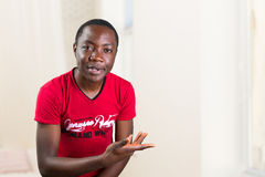Portret van de jonge mens die wat vragen het probleem is Stock Afbeeldingen
