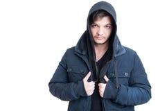 Portret van de jonge mens die zwart sweatshirt en jasje dragen met een kap Royalty-vrije Stock Afbeeldingen