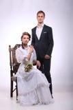 Portret van de jonge mens en vrouw op uitstekend stoel retro huwelijk Royalty-vrije Stock Fotografie