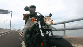 Portret van de jonge mens in helm berijdende motorfiets stock footage