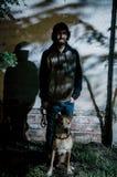 Portret van de jonge mens met baard die overhemd dragen en met schaduwen van bomen stock afbeeldingen