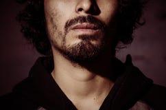 Portret van de jonge mens met baard die overhemd dragen en met schaduwen van bomen stock foto