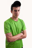 Portret van de jonge mens met gekruiste wapens het dragen van een zwart GLB Stock Fotografie
