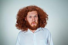 Portret van de jonge mens met geschokte gelaatsuitdrukking stock foto's