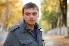 Portret van de jonge mens met het doordringen van ogen Royalty-vrije Stock Foto's