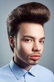 Portret van de jonge mens met retro klassiek pompadour kapsel stock afbeelding