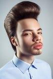 Portret van de jonge mens met retro klassiek pompadour kapsel stock foto's