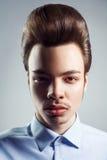 Portret van de jonge mens met retro klassiek pompadour kapsel royalty-vrije stock afbeelding