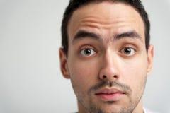 Portret van de jonge mens met wijd open ogen Stock Afbeeldingen