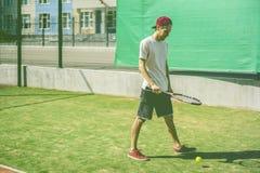 Portret van de jonge mens op de schooltennisbaan van de de zomercampus stock afbeeldingen