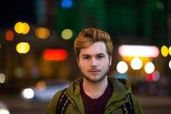 Portret van de jonge mens in de stad stock fotografie