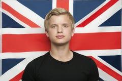 Portret van de jonge mens tegen Britse vlag royalty-vrije stock fotografie