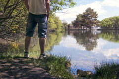 Portret van de jonge mens terug op het meer Stock Foto's