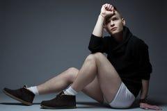 Portret van de jonge modieuze mens in in kleren stock afbeeldingen