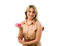 Portret van de jonge mooie die doos van de de holdingsgift van de blondevrouw op witte achtergrond wordt geïsoleerd Royalty-vrije Stock Afbeeldingen