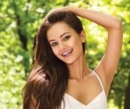 Portret van de jonge mooie glimlachende vrouw in openlucht royalty-vrije stock fotografie