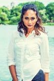 Portret van de Jonge Mooie Indische Amerikaanse Vrouw van het Oosten in New York royalty-vrije stock afbeeldingen