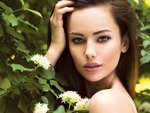Portret van de jonge mooie vrouw met lange haren outdoors royalty-vrije stock fotografie