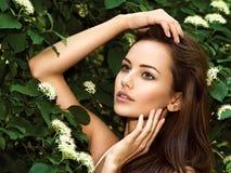 Portret van de jonge mooie vrouw met lange haren outdoors stock afbeelding