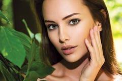 Portret van de jonge mooie vrouw met lange haren outdoors royalty-vrije stock foto