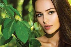 Portret van de jonge mooie vrouw met lange haren outdoors royalty-vrije stock afbeeldingen