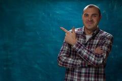Portret van de jonge positieve mens in plaidoverhemd stock afbeelding