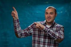Portret van de jonge positieve mens in plaidoverhemd stock foto's
