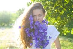 Portret van de jonge schoonheid in een zonlicht Royalty-vrije Stock Foto's