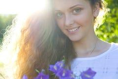 Portret van de jonge schoonheid in een zonlicht Royalty-vrije Stock Afbeelding