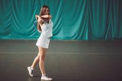 Portret van de jonge speler van het meisjestennis in een tennisbaan binnen royalty-vrije stock foto