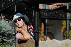 Portret van de jonge toerist in de hoed Stock Afbeeldingen