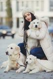 Portret van de jonge vrouw met favoriete honden royalty-vrije stock afbeelding