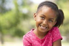 Portret van de Jonge Zitting van het Meisje in Park Stock Fotografie
