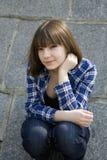 Portret van de jonge zitting van het tienermeisje royalty-vrije stock foto's
