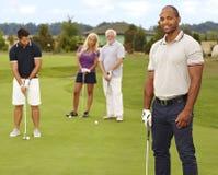 Portret van de jonge zwarte mens op golfcursus Royalty-vrije Stock Foto