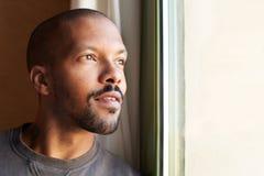 Portret van de KNAPPE Afrikaanse zwarte mens horizontaal stock foto