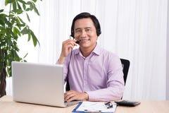 Portret van de knappe Aziatische adviseur die van de hotlinepersoon hea dragen royalty-vrije stock afbeelding