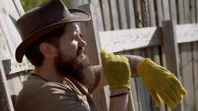 Portret van de knappe jonge gebaarde mens op de lenteachtergrond Het concept van de mensenlandbouwer Retro landbouwersmens Ecolan stock video
