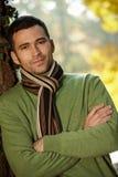 Portret van de knappe jonge mens in de herfstpark Stock Afbeelding
