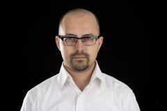 Portret van de knappe jonge mens die glazen dragen Royalty-vrije Stock Foto's