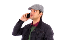 Portret van de knappe jonge mens die mobiele telefoon met behulp van Royalty-vrije Stock Foto's