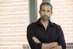Portret van de knappe mens die een zwart overhemd draagt Stock Foto's