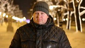 Portret van de knappe mens die nr zeggen door hoofd tijdens koude de winternacht in openlucht te schudden stock videobeelden