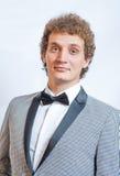 Portret van de knappe mens in het zwarte kostuum Stock Foto's