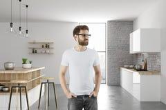 Portret van de knappe mens in keuken Royalty-vrije Stock Foto