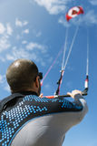Portret van de knappe mens kitesurfer royalty-vrije stock afbeeldingen